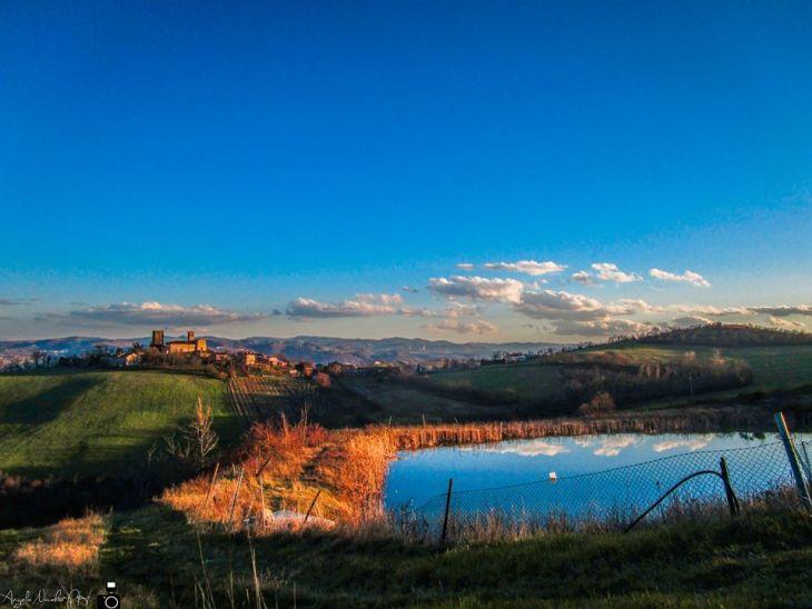 Lungo il sentiero che porta al Monte Tre Croci, ma con la vista alla frazione di Denzano. Foto Angelo Nacchio
