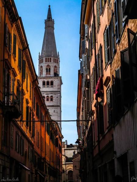 La Ghirlandina da Via Cesare Battisti - Foto Luca Nacchio - Monumenti