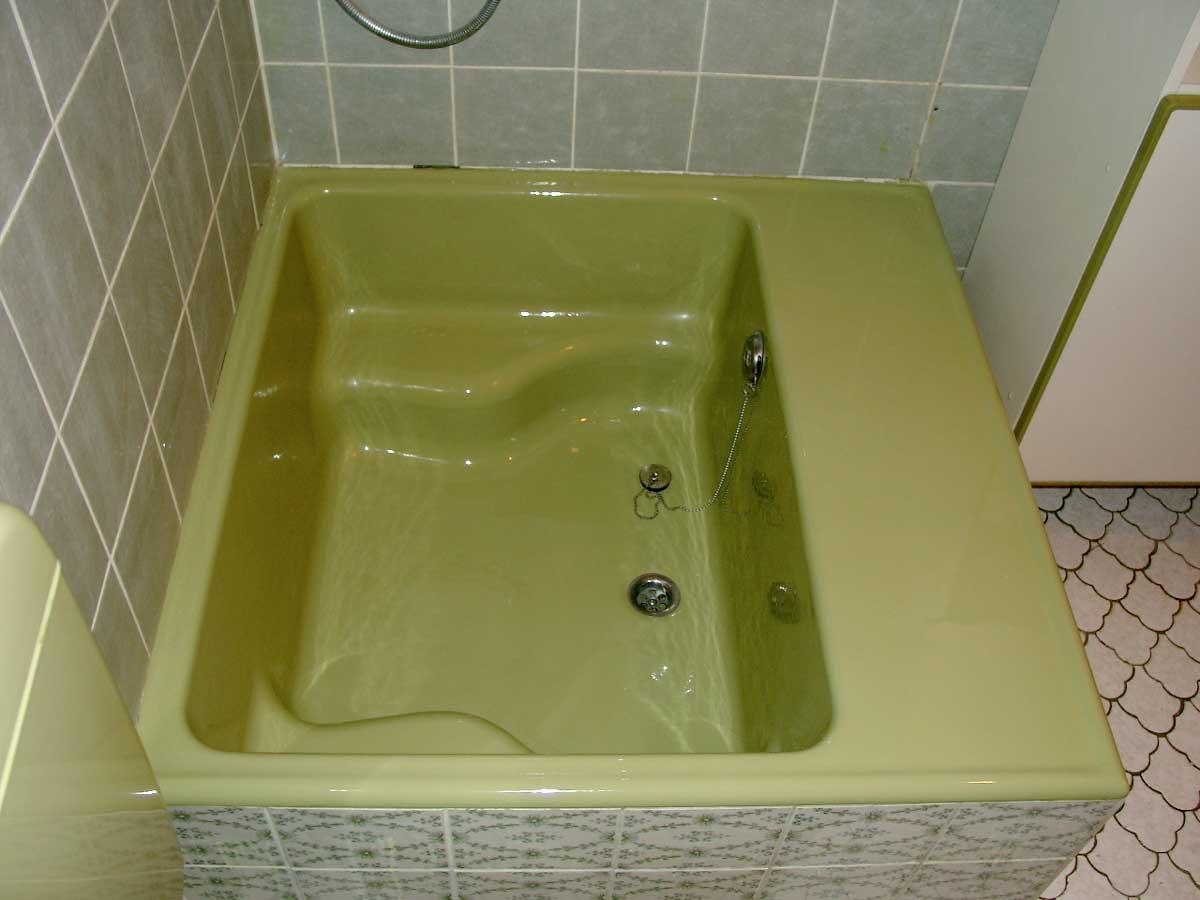 Moosgrne Sitzdusche frisch renoviert  Modern Bad