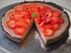 keto ciasto z musem czekoladowym i truskawkami