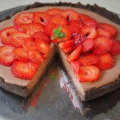 Keto ciasto z musem czekoladowym i truskawkami (Paleo, LowCarb, Vegan)