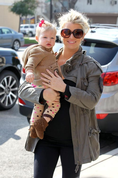 Jessica Simpson bumps her way to lunch with Maxwell