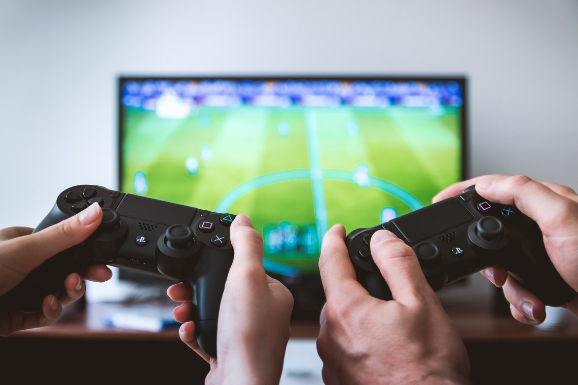 the indepth differences about playing games on PC and console