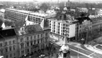 """A fotó a városháza tornyából készült. A sarkon épült """"ÉDÁSZ-ház"""" a Szent István út északi térfalbeépítésének egyik első, a nagy lakóépület az egyik utolsó eleme."""