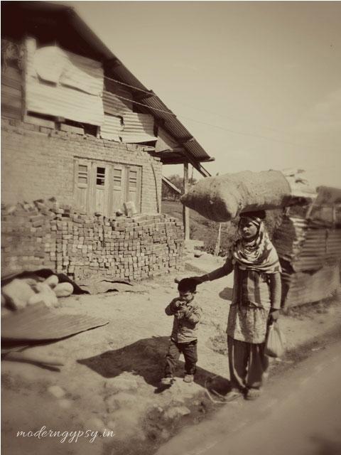 kashmir-street-photo-mother-son