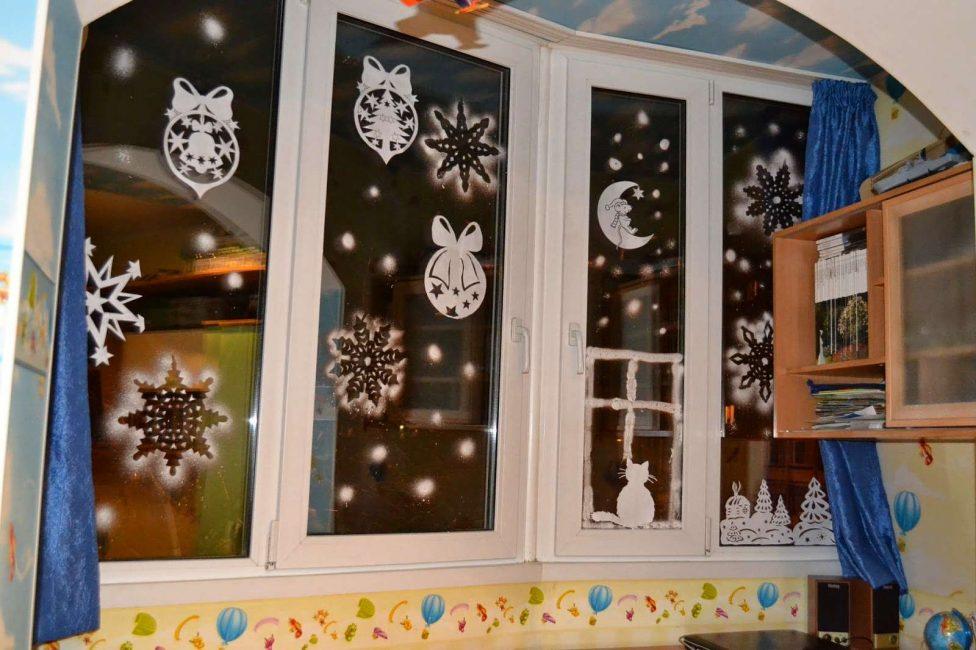 Διακοσμήστε τα παράθυρα για το νέο έτος