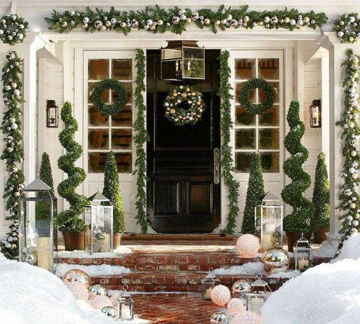 ประตูที่สวยงามพร้อมการออกแบบปีใหม่