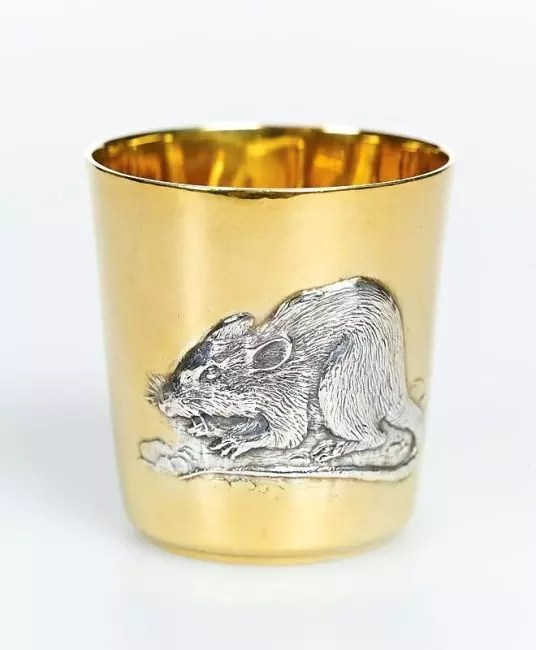 Et c'est une tasse de rat. De tels que vous pouvez mettre sur votre table ou donner à quelqu'un à la nouvelle année.