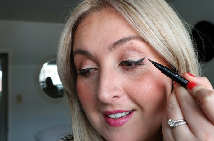 Winged_eye_liner_tutorial_how_to_makeup_video_Chantsy_Beauty_Blogger
