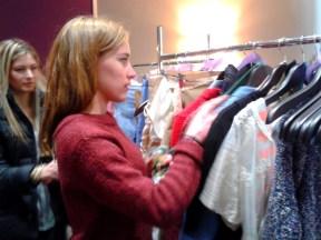 Aurélia en séance d'habillage