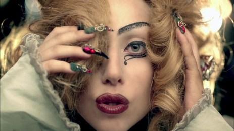 Toto gesto použila Lady Gaga v klipe k piesni Judáš. Ide o ohlasovanie okultného gospelu.