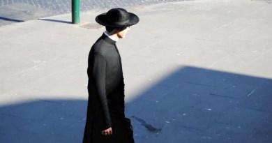 Kňaz v sutane je živou kázňou