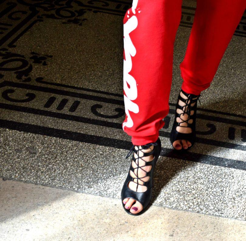 teplaky-podpatky-lodicky-stylove topanky-sexi topanky-sportove oblecenie-cervene teplaky-blog-blogerka