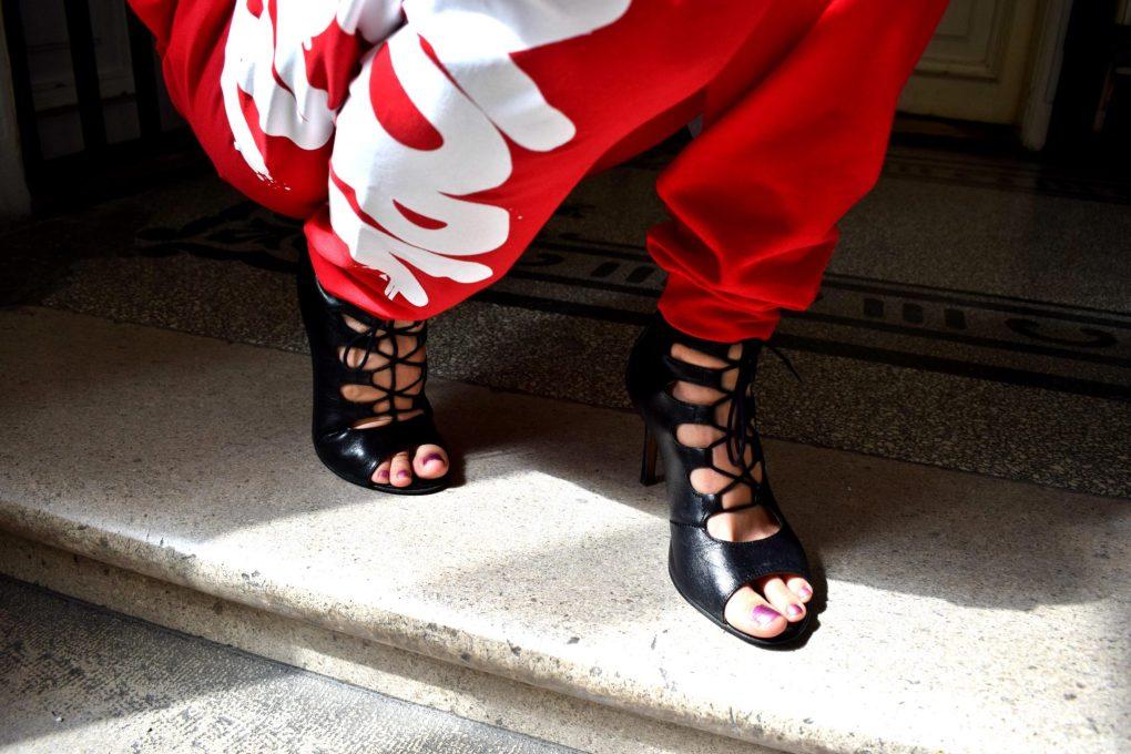 teplaky-sportovy styl-lodicky-vysoke podpatky-topanky na podpatku-stylove topanky-stylove teplaky-sportove oblecenie