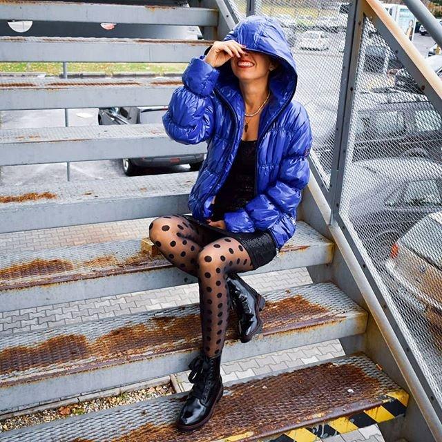Sekac second hand modra bunda blogerka sedi na schodoch