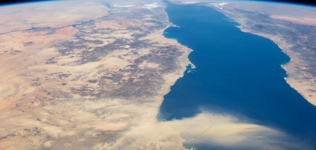 طول وعرض البحر الأحمر موضوع