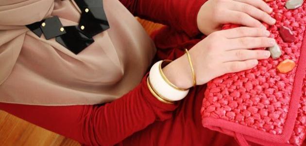 تنسيق ألوان الملابس للنساء موضوع