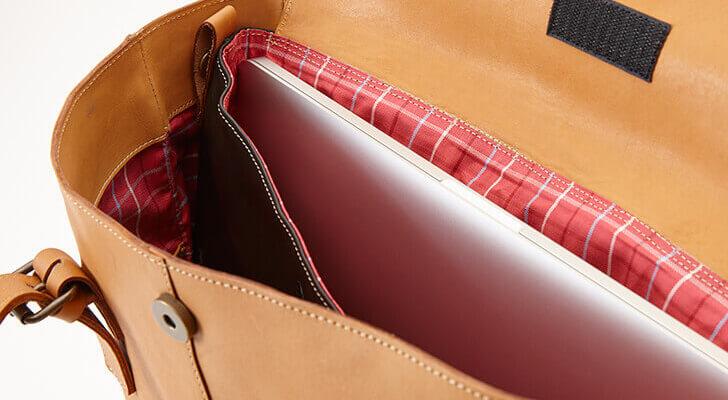 ノートPCを収容する工夫を凝らした革のトートバッグ
