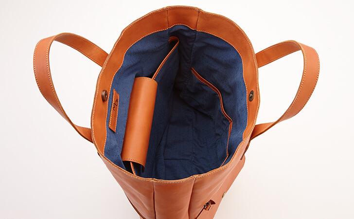 裏地が変わると雰囲気が変わる革のバッグ