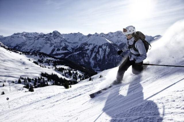 Moderner Freeheel Skifahrer