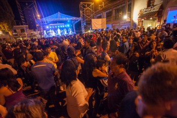 a good crowd in Vilcabamba main square for free live music