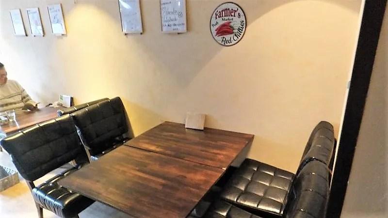 「エイトカリー」のテーブル席