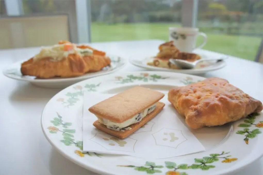 マルセイバターサンドと四角いパイなどが皿にのせられ、テーブルに置かれている