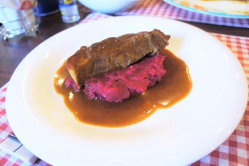 お肉の下にあるのが 店名にもなっている「ビーツのスタンポット」