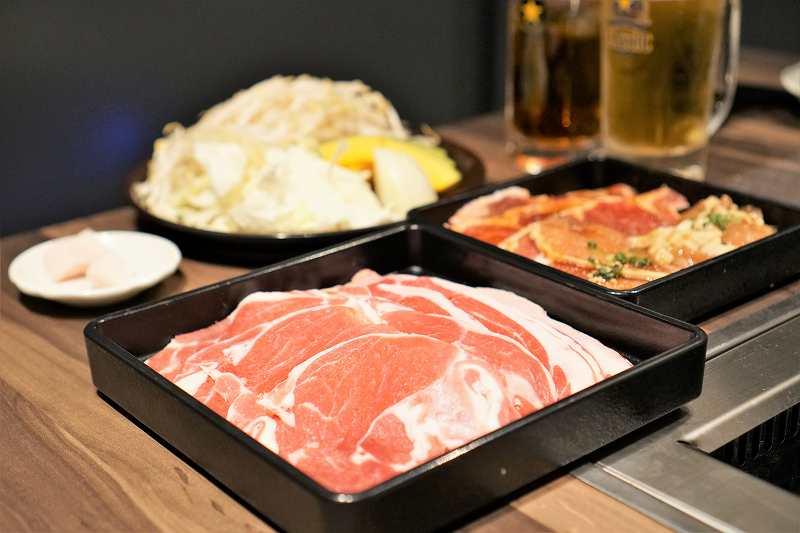 はじめはお肉5種と焼き野菜を一通り持ってきてくれる