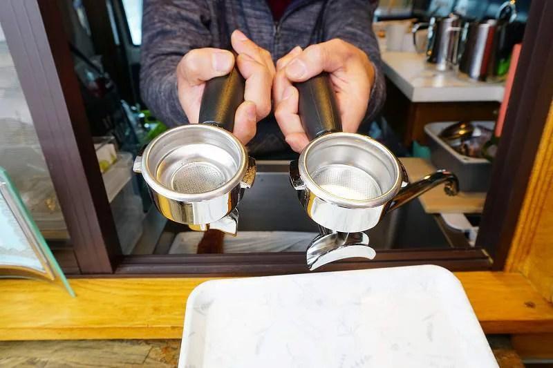 豆を入れる器具(左がシングル用、右がダブル用)