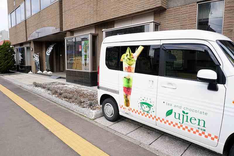 宇治園札幌直営店のパフェが描かれた営業車