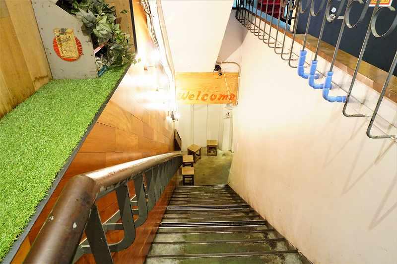 おくむらビルの地下1階に続く階段の様子