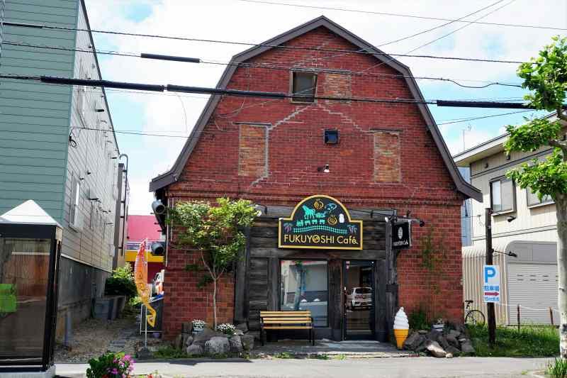 福吉カフェ伏古店 は かつて馬小屋だった建物