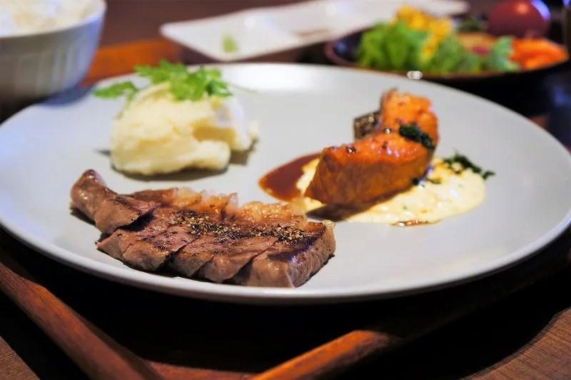 ステーキと魚がお皿に盛られている