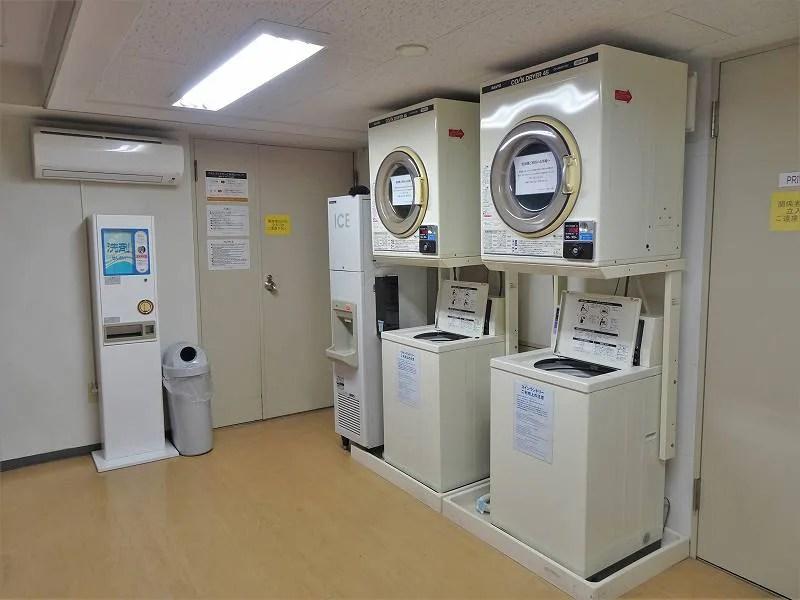 洗濯機や製氷機が置かれている