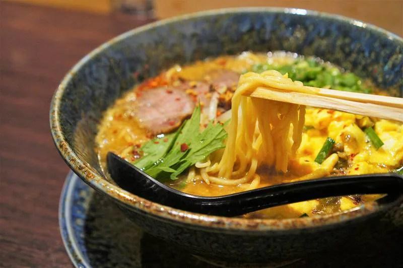 みそラーメンの麺を箸でもちあげている様子