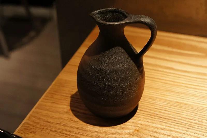 取ってがついた陶器のピッチャーがテーブルに置かれている