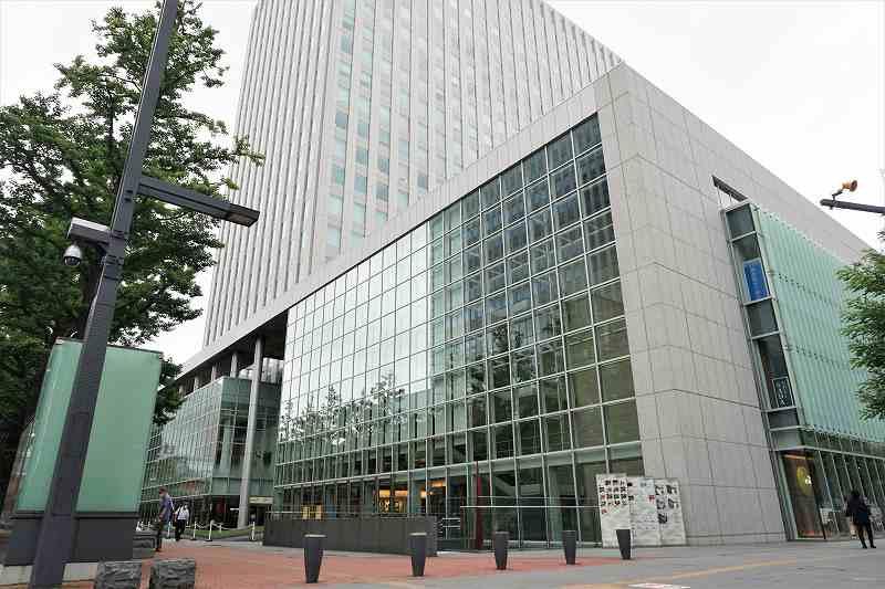 一面ガラス張りの日本生命札幌ビルの外観