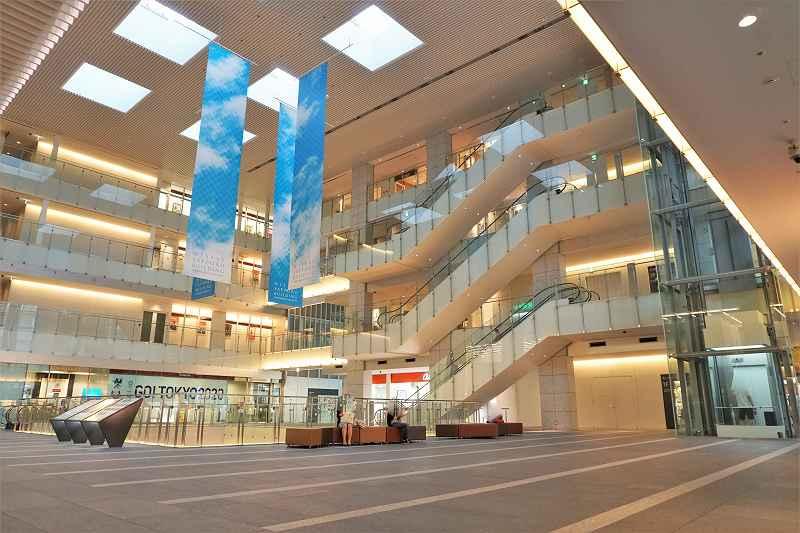 3階まで吹き抜けになっている日本生命札幌ビルの内観