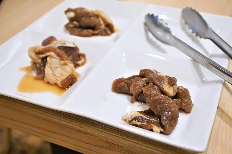 ジンギスカン3種がお皿に盛られ、テーブルに置かれている