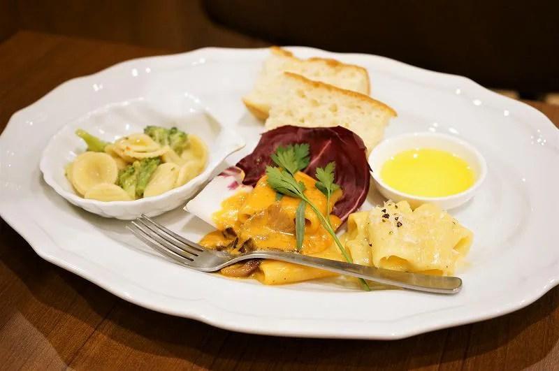 3種類のショートパスタとフォカッチャが皿に盛られている