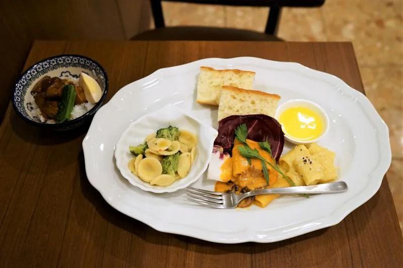 3種類のショートパスタとルーロー飯がテーブルに置かれている