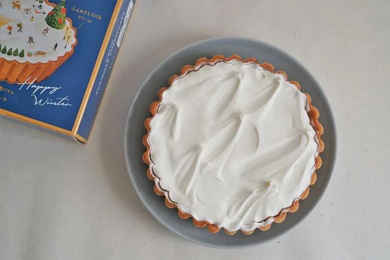 「ふらの雪どけチーズケーキ」が皿にのせられ、テーブルに置かれている