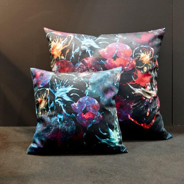 coussins housse de coussin toucher velours polyester motif pattern bleu et rouge fleurs feminin collection textile mohanita creations