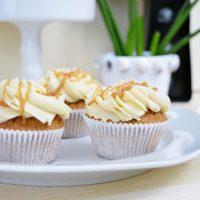 Karamell Cupcakes mit flüssigem Kern und Karamell Frosting | Triple Caramel Overkill, y'all!