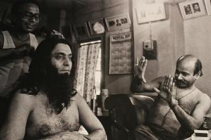 Santosh Dutta frames Soumitra, as he is made up as Macchibaba by Ananta Das, Indrapuri Studio, Kolkata 1978