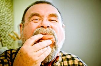 Pan Jurek zajada się pączkami