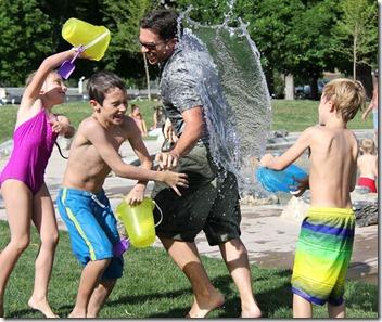 enfants joue eau