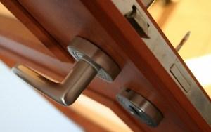 Как вскрыть дверной замок без ключа