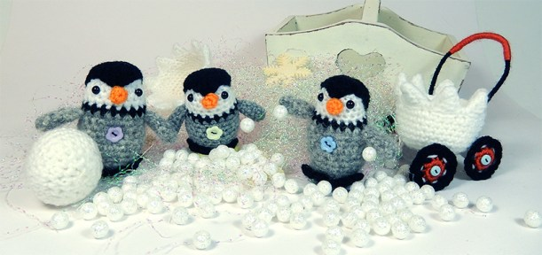 Penguin-snowball-fight1